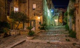 Nachtgezicht in Matera in het district van ` Sassi `, Basilicata, zuidelijk Italië royalty-vrije stock afbeeldingen
