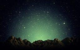 Nachthemel boven rotsachtige bergen Royalty-vrije Stock Foto