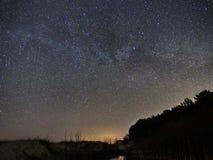 Nachthemel en melkachtige maniersterren, Cassiopea Cygnus en Lyra-constellatie stock foto