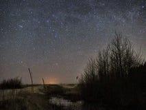 Nachthemel en melkachtige maniersterren, Cassiopea Cygnus en Lyra-constellatie stock afbeeldingen