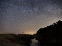 Nachthemel en melkachtige maniersterren, Cassiopea Cygnus en Lyra-constellatie stock fotografie