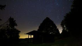 Nachthemel in het bos dichtbij het huis stock videobeelden