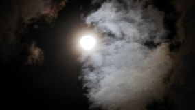Nachthemel met glanzende volle maan achter het bewegen van dramatische wolken Geschoten op Canon 5D Mark II met Eerste l-Lenzen stock footage
