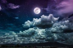 Nachthemel met heldere volle maan en donkere wolk, sereniteitsaard Stock Afbeelding