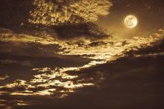 Nachthemel met heldere volle maan en donkere wolk, sereniteitsaard Royalty-vrije Stock Foto's