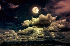 Nachthemel met heldere volle maan en donkere wolk, sereniteitsaard Royalty-vrije Stock Fotografie