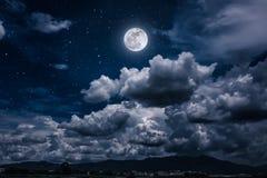Nachthemel met heldere volle maan en donkere wolk, sereniteitsaard Stock Afbeeldingen