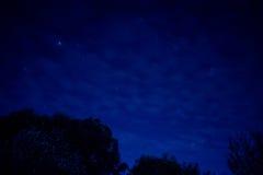 Nachthemel met stadsgloed stock foto