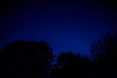 Nachthemel met stadsgloed stock afbeeldingen
