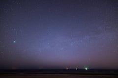 Nachthemel met sterren op het strand Bevolen aantal gebieden bij de horizon van belangrijke blauwe planeet Royalty-vrije Stock Fotografie