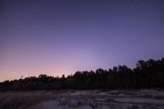 Nachthemel met sterren op het strand Bevolen aantal gebieden bij de horizon van belangrijke blauwe planeet Royalty-vrije Stock Foto