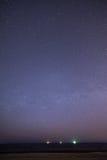 Nachthemel met sterren op het strand Bevolen aantal gebieden bij de horizon van belangrijke blauwe planeet Stock Foto