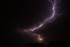 Nachthemel met verlichtingsstaking Stock Afbeeldingen