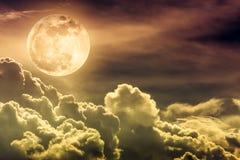 Nachthemel met wolken en heldere volle maan met glanzend Stock Afbeelding