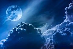 Nachthemel met wolken en heldere volle maan met glanzend Royalty-vrije Stock Afbeeldingen