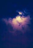 Nachthemel met wolken en heldere volle maan met glanzend Stock Foto's