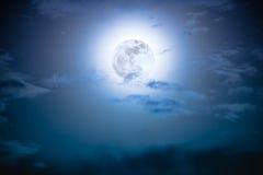 Nachthemel met wolken en heldere volle maan met glanzend Royalty-vrije Stock Afbeelding