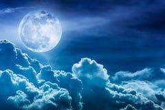 Nachthemel met wolken en heldere volle maan met glanzend Stock Afbeeldingen