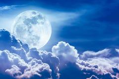 Nachthemel met wolken en heldere volle maan met glanzend Stock Foto