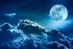 Nachthemel met wolken en heldere volle maan met glanzend Royalty-vrije Stock Foto's