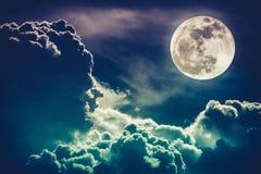 Nachthemel met wolken en heldere volle maan met glanzend Cros Stock Foto