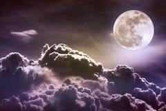 Nachthemel met wolken en heldere volle maan met glanzend Vint Stock Afbeeldingen