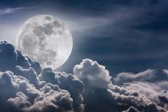 Nachthemel met wolken en heldere volle maan met glanzend Vint Royalty-vrije Stock Afbeeldingen