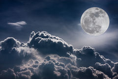 Nachthemel met wolken en heldere volle maan met glanzend Vint Stock Fotografie