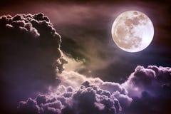 Nachthemel met wolken en heldere volle maan met glanzend Vint Royalty-vrije Stock Fotografie