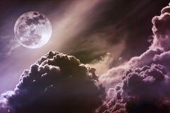 Nachthemel met wolken en heldere volle maan met glanzend Vint Royalty-vrije Stock Afbeelding