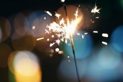 Nachthintergrund mit einer Wunderkerze Bunte Spar Wunderkerze Bokeh Stockbild