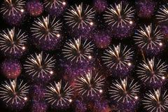 Nachthintergrund oder -beschaffenheit mit Feuerwerken Lizenzfreie Stockfotos