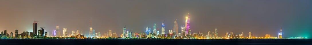 Nachthorizon van de Stad van Koeweit stock foto's