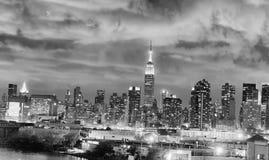 Nachthorizon van de Stad van New York in zwart-wit, de V.S. royalty-vrije stock afbeeldingen