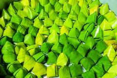 Nachtisch angefüllte Teigpyramide im Bananenblatt stockbild