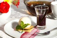 Nachtisch auf einer Tabelle mit Tee Stockbild