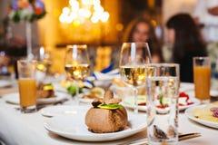 Nachtisch auf Platte an gedientem Tisch Gläser mit Getränken stockfoto