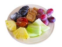 Nachtisch auf Teller backt, Melone, Ananas, die Traube zusammen, die über whi lokalisiert wird Lizenzfreies Stockfoto