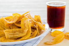 Nachtisch, Bananenchips und Getränke Lizenzfreies Stockfoto