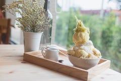 Nachtisch Bingsoo oder Bingsu Korea Durian diente mit versüßtem Kondensmilchbelag mit Zuckerwatte Stockfoto