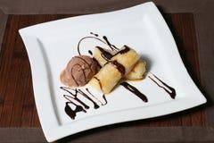 Nachtisch der Eiscreme und der Bananen mit Schokoladenglasur Lizenzfreie Stockbilder