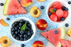 Nachtisch der frischen Frucht und der Beeren Stockfotografie