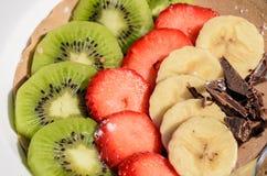 Nachtisch der Kiwi, der Erdbeere, der Banane und der Schokolade Stockbilder