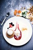 Nachtisch diente mit Trockenfrüchten im Café oder in der Bäckerei stockbilder