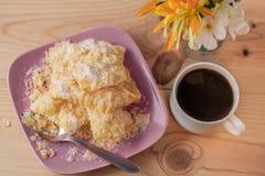 Nachtisch Geknisterte knusperige Plätzchen mit Zucker auf einer Platte und einem Tasse Kaffee auf einer rustikalen Tabelle lizenzfreies stockbild