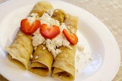 Nachtisch gemacht von den Pfannkuchen angefüllt mit Hüttenkäse und Erdbeeren Lizenzfreies Stockbild