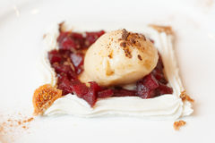 Nachtisch gemacht von der Eiscreme, von der Birne und von der Schlagsahne Stockfotos