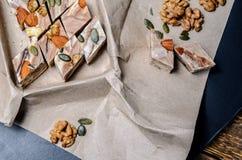 Nachtisch - halva und Tasse Kaffee Bonbons auf Holztisch Turki Lizenzfreie Stockfotografie