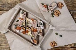 Nachtisch - halva und Tasse Kaffee Bonbons auf Holztisch Turki Stockfoto