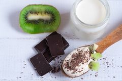 Nachtisch, Jogurt mit Frucht mit Schokolade und Kiwi lizenzfreie stockfotos